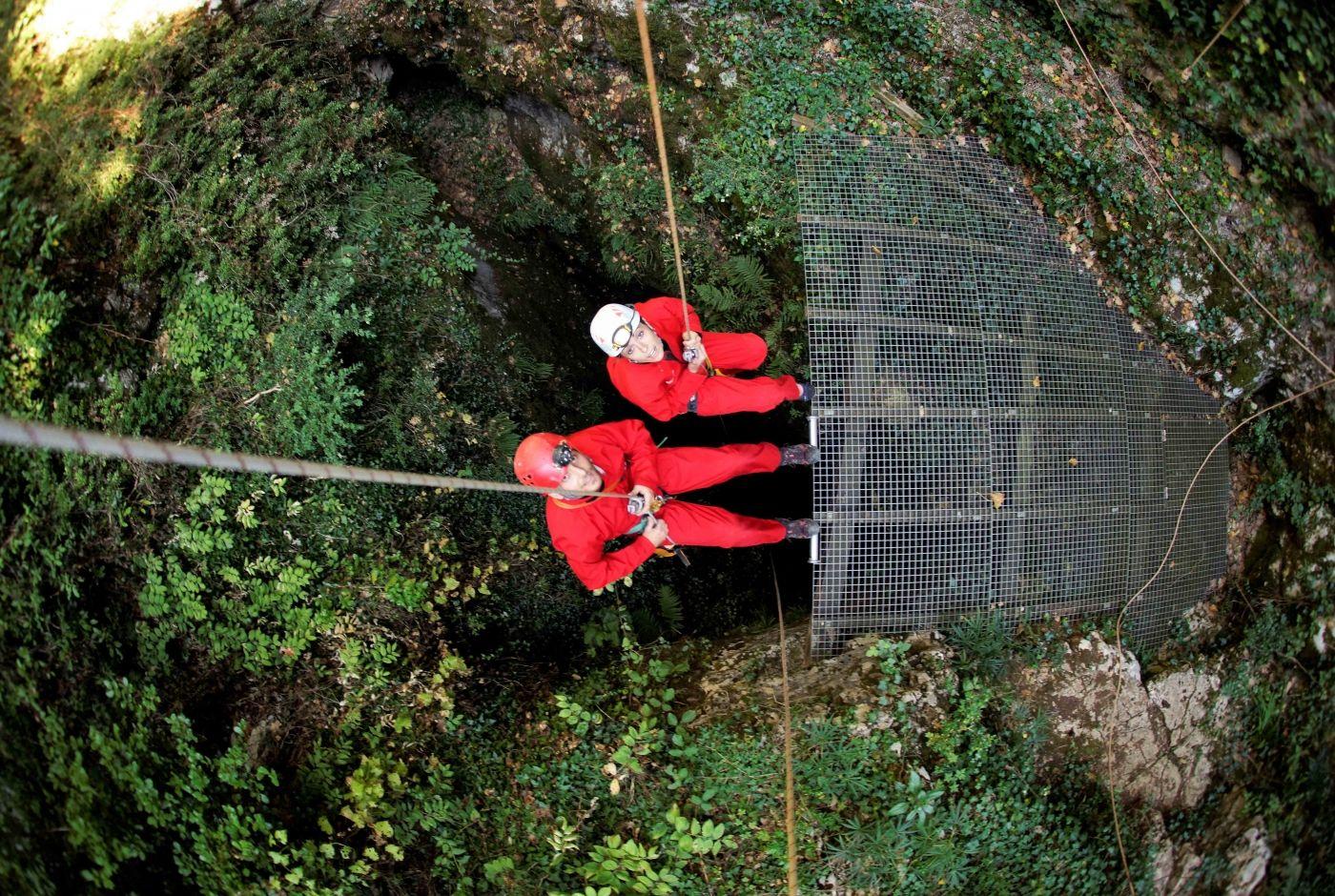ardeche_speleo_adrenaline_descente_panoramique_rappel_orgnac_yannis_rungjpg.jpg