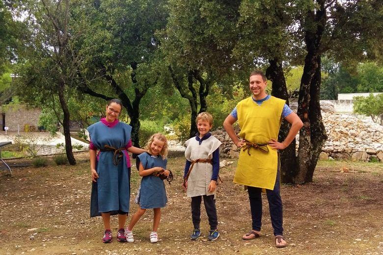 prehistoire_famille_jeu-ardeche_tribu_credits_coline_chantregaddini.jpg